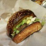 チャコール感満載のハンバーガーをどうぞ 永田町「ザ・バーガーショップ」